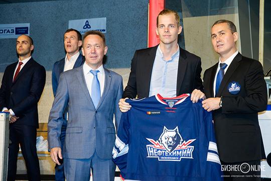 ХК«Нефтехимик», благодаря усилиям директора клубаРаиля Якупова(справа), пыталась меняться истановилась современной