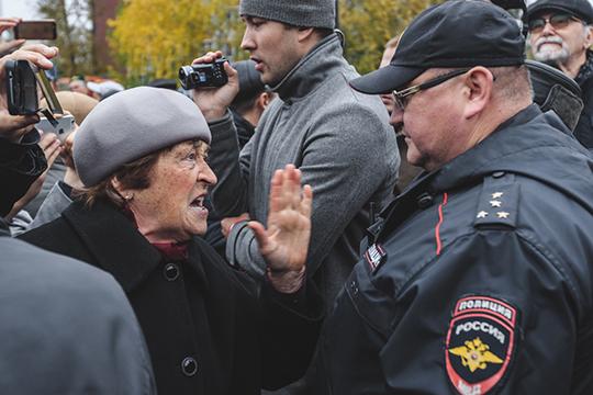 «Ну, какая трусоватость? Если люди настроены против того, чтобы сквер вцентре Екатеринбурга отдавали под храм, так они нетолько выражают свой протест, ноикакие-то банки-склянки начинают бросать, набрасываются наохранников»