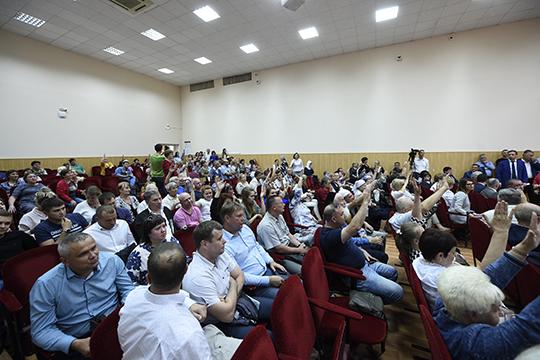 Официально зарегистрировалось 416 человек, при этом зал был рассчитан лишь на180. Многиеслушали стоя. Ажиотаж, помнению представителей ПАО «Нижнекамскнефтехима» (НКНХ), был вызван искусственно