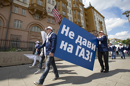 4 июля прошел пикет рабочих ГАЗа у резиденции посла США, когда люди стояли с плакатами «хватит давить на ГАЗ», «под санкциями более миллиона человек», и тому подобным креативом