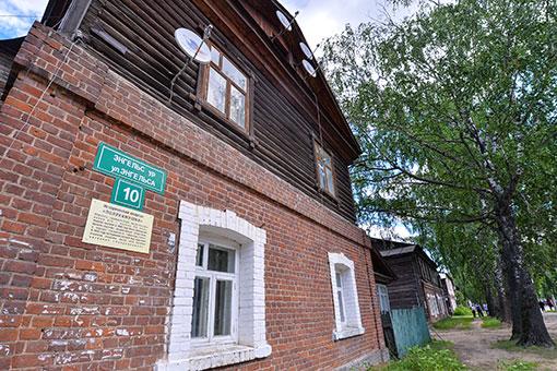Продолжается реконструкция первой линии квартала, что на улице Энгельса. Работы по возрождению 8 полукаменных «французских» домов, построенных в XIX веке, стартовали весной