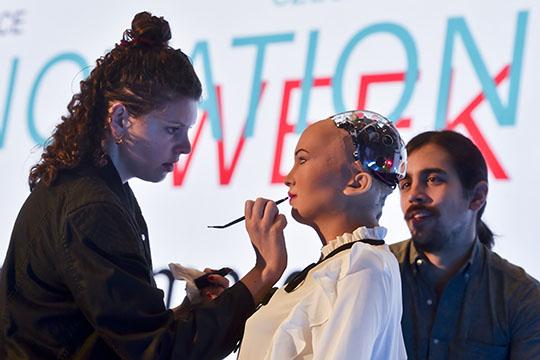Одним изсамых необычных гостей нацеремонии открытия стала робот София