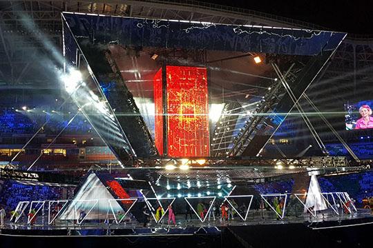 Ключевой образ шоу— пирамида. Именно вформе перевернутой пирамиды сзеркальными гранями иэкранами вних была смонтирована главная сцена