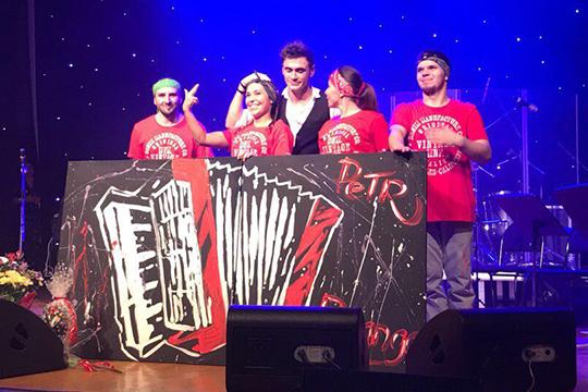 «На выступлении Петра Дранга в Челнах, мы с командой рисовали на двух холстах большой аккордеон. Ему очень понравилось и он предложил, чтобы мы гастролировали вместе с ним»