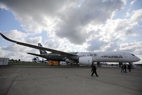 Первое, что при входе на выставку видят посетители, — A350-900 XWB. Его привозили и в прошлые годы, но в этот раз, как говорят, улучшили дизайн салона и технологии для комфорта пассажиров
