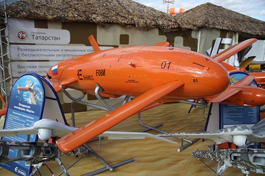 «Эникс» выставил не только крошечные модели на скромной стойке, но и развернул в поле отдельную скученную экспозицию беспилотников и воздушных мишеней