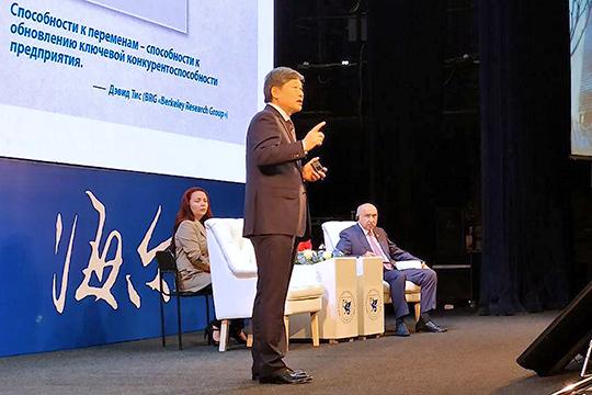 Чжан Жуйминь начал свое выступление сэкскурса в1984 год, когда он был назначен руководителем «маленькой компании» внесколько сотен человек