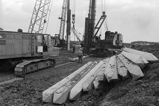 История предприятия началась в 1985 году, когда «Тракторозаводстрой» начал строительство в Елабуге «Камского тракторного завода» (на фото: закладка фундамента под корпус ремонтно-инструментального завода КамТЗ)