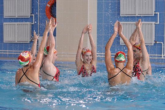 Председатель попечительского совета федерации синхронного плавания РТ Ольга Павлова привезла сертификат на 1,8 млн рублей для закупки инвентаря в спортшколу «Дельфин»