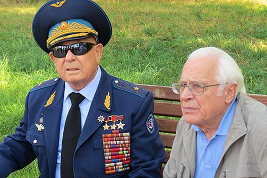 Сегодня ввозрасте 85 лет несталоАлексея Леонова(слева)— первого вмире человека, вышедшего воткрытый космос.