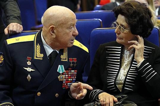 Вовремя прохождения медкомиссии онпознакомился сЮрием Гагариным идругими космонавтами. На фото с женой Юрия Гагарина Валентиной Гагариной