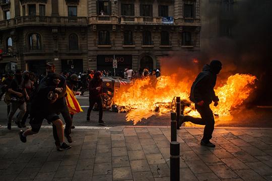 Накануне более 500 тыс. человек вышли на улицы Барселоны, чтобы поддержать манифестацию, приуроченную к всеобщей забастовке