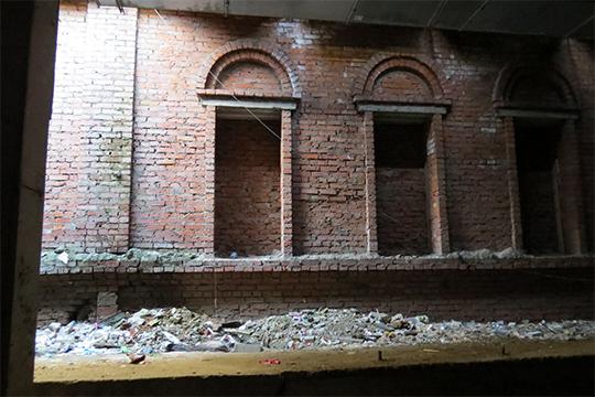 Разработка котлована началась сархеологических раскопок, входе которых обнаружили памятники археологии начиная сXVI века— среди них целая деревянная улица состатками зданий.