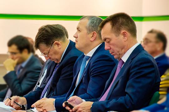 Свой пост покинул главный инженер ПАО «Нижнекамскнефтехим» Ильфат Шарифуллин (второй справа). Непосредственной причиной ухода стала апрельская авария, в которой погибли четыре человека