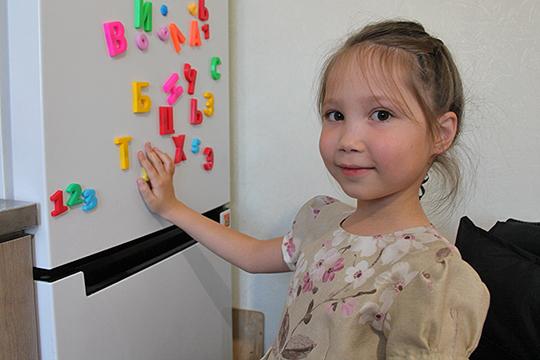 В прошлом году она вместе с мамой пошла в подготовительный класс, а в этом — уже в первый класс школы