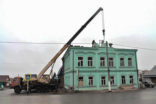 Накануне Комитет РТ по охране объектов культурного наследия поднял тревогу из-за работ по демонтажу мезонина здания бывшей городской думы Арска, возведенного в 1853 году