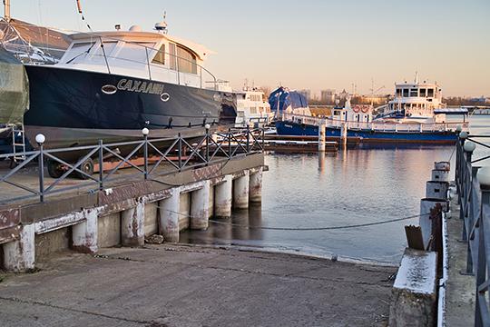 Сейчас яхт-клуб представляет из себя территорию для стоянки, два причала, которые могут принять не более 70 судов