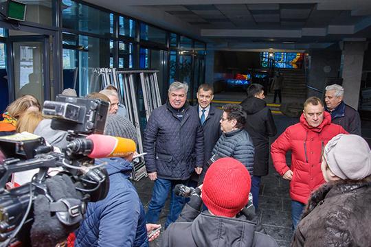 В ДК «Энергетик» Магдеева встречала его бессменный руководитель Гульзада Рзаева. Мэр вновь стал говорить о том, что здание 46 лет не видело капитального ремонта