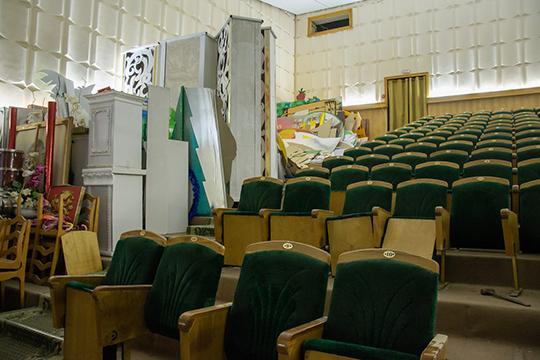Когда зашли в главный зал ДК, Рзаева указала на кресла, которые рабочие уже выносили из зала, и попросила Магдеева разрешить эти кресла отреставрировать