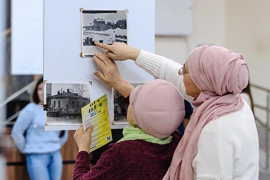 Внимательно рассматривая старые фотографии, делились друг с другом воспоминаниями старожилы района «меховушки»