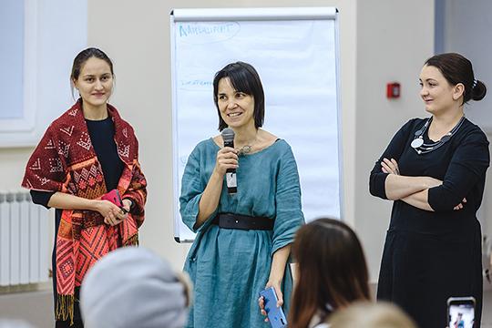 Пришедшие на встречу архитектор Энже Дусаева и социолог Марья Леонтьева попросили старожилов слободы поделиться своими воспоминаниями