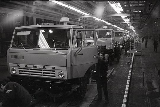 Рабочие собирают первые автомобили КАМАЗ на главном сборочном конвейере завода. Февраль 1976 г.