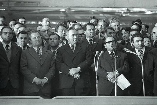 Первый секретарь Татарского обкома КПСС Фикрят Табеев (третий слева в первом ряду),Раис Беляев (второй справа)на церемонии запуска главного конвейера КАМАЗа в Набережных Челнах. Февраль 1976 г.