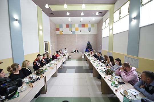 На традиционной предновогодней пресс-конференции мэр Нижнекамска Айдар Метшин заявил, что один из главных шагов на пути к чистому воздуху — это модернизация старых мощностей «Нижнекамскнефтехима»