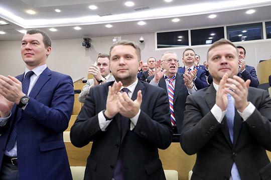 Вконце концов после двухчасового обсуждения пакета поправок депутаты единогласно в432 голоса ипод аплодисменты одобрили впервом чтении законопроект, внесенный Путиным