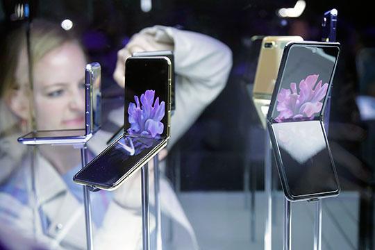 Основной фишкой Galaxy Z Flip станет уникальный экран со своим гнущимся стеклом, которое позволяет в сложенном виде назвать смартфон по-настоящему карманным