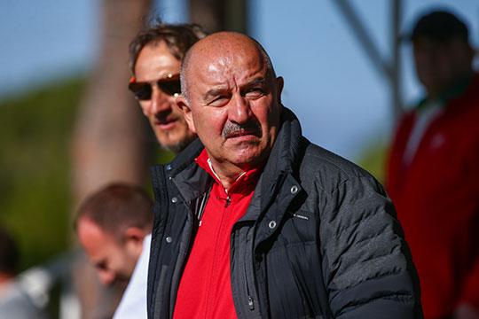Дзюба решил не проходить на трибуну, где много обычных зрителей — постояльцев отеля, местных зевак, а ещё главного тренера сборной Станислава Черчесова вместе со своим штабом