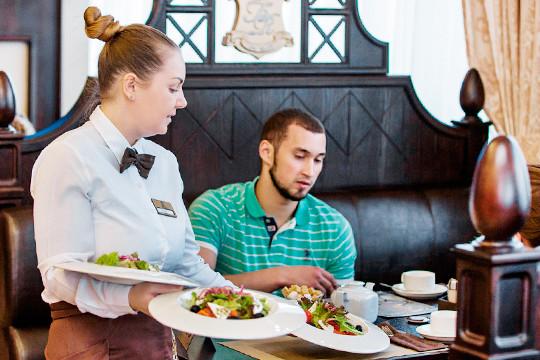«Сказать, что все великолепно готовят, не могу — дома всегда лучше. Я сейчас не говорю про столовые. А ведь ресторан должен быть выше, лучше домашнего питания»