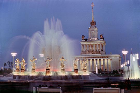 «Ниводном изгосударств, заисключением России, власти несчитают, что распад СССР— это геополитическая катастрофа» (на фото - фонтан «Дружба народов», золотой сноп из пшеницы окружают 16 фигур девушек, по числу республик СССР)