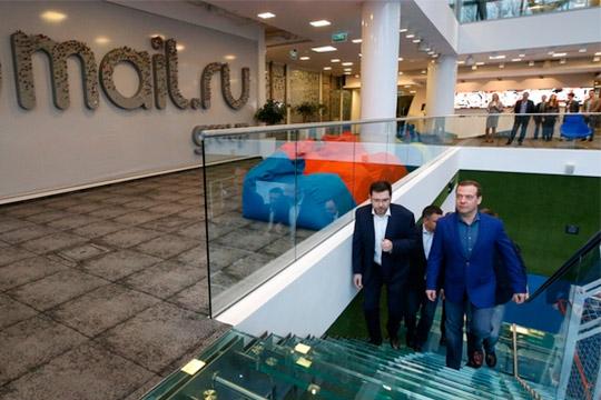 Сегодня премьер-министр Дмитрий Медведеввпреддверии 25-летия Рунетапосетил офис компании Mail.ru Group,которой принадлежит социальная сеть «Вконтакте»