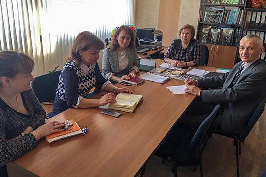 В кабинете директор школы № 171 Рании Галиакберовой (вторая справа) проходило собрание администрации школы, на котором обсуждали «возмутительную» информацию, опубликованную в соцсетях
