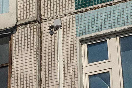 Камера, которая зафиксировала драку, принадлежит КГС и снимает вход в местный коммерческий отдел по замене счетчиков воды и электричества.