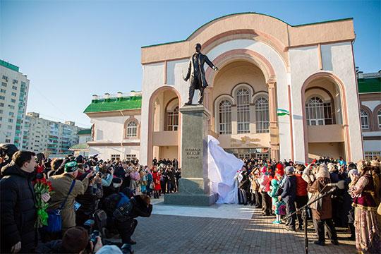 «Мы впервые открыли в Уфе памятник Габдулле Тукаю. Восьмиметровый памятник! Это ведь серьезная заявка, когда для памятника нашему народному поэту нашли и средства, и место в Уфе»