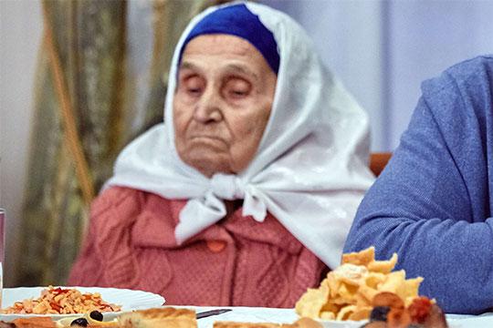 Зайнап Гараева — родная сестра певца —требовала признать незаконным договор пожизненной рентыипрекратить право собственности Ильхама Хазеева наквартиру