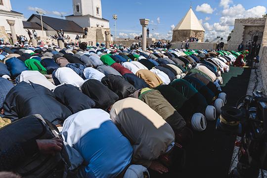 Кульминацией «Изге Болгар җыены», стал полуденный намаз, его проводят с1989 года наместеразрушенной Соборной мечети