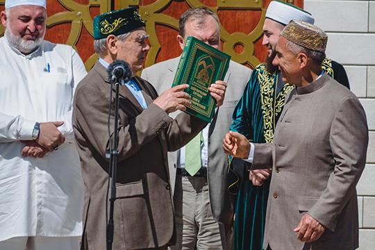 Минниахнов стал первым, кому Шаймиев вручил IXтом Книги благотворителей республиканского фонда «Возрождение»
