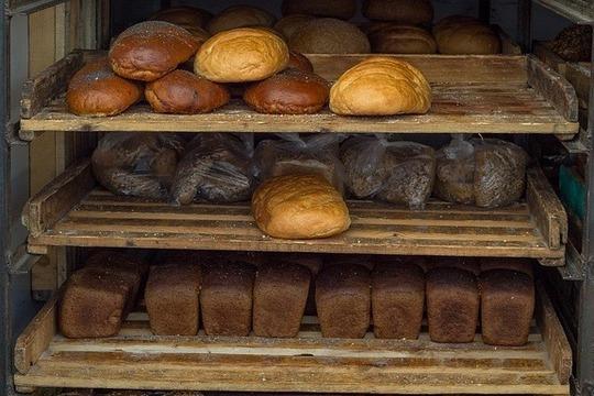 Долю социальных хлебов, которые тянули предприятии вниз, сокращать несобираются. 80 процентов всей продукции накомбинате составляют так называемые социальные хлеба— «Дарницкий», «Белый» и«Сельский»