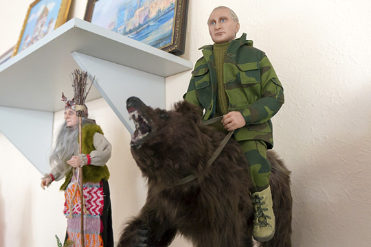 «Заказывали куклу Владимира Путина сголым торсом, сидящегонамедведе. Сейчас вцентре есть еще одна кукла, изображающая его, пока непродана»