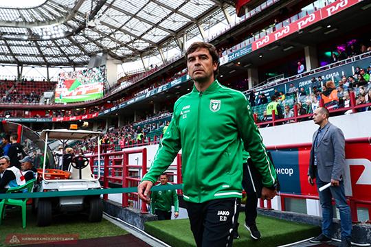Рубин» пока не может представлять Романа Шаронова главным тренером. Формально главный тренер сейчас Эдуардо Докампо