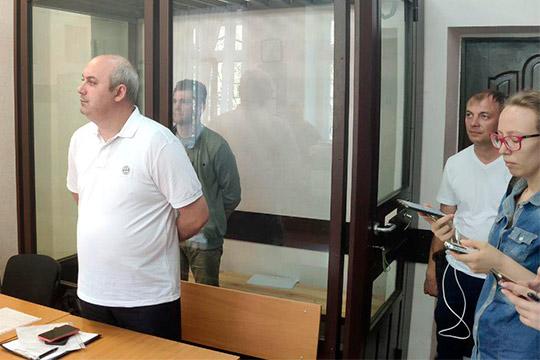 Адвокат Станислав Батыршин (слева)
