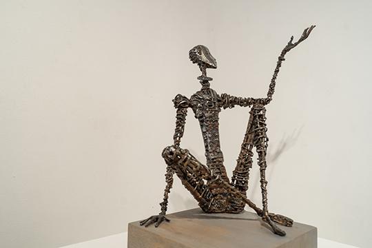 «Монолог» — фигура мужчины с широко разведенными руками, тело которого сделано из нержавеющей проволоки. Лицо, сделанное из металлической пластины чуть отведено назад… Ба, да это же Пушкин!