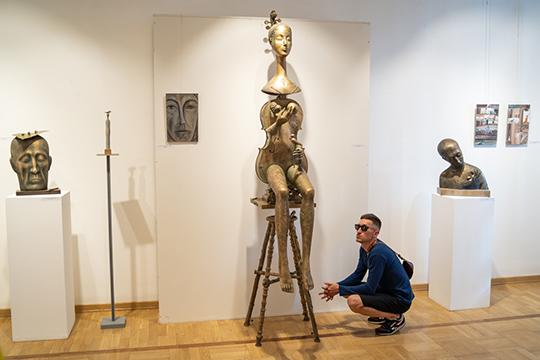 Центральной же фигурой выставки стала «Мелодия» — вырастающая из медной скрипки или виолы фигура женщины, словно летящая со стены навстречу зрителю