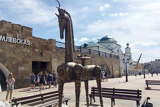 «Там оторвали, как минимум, уже три элемента. Там нет освещения и ночью он стоит один, брошенный конь, символизирующий страну Татарстан»