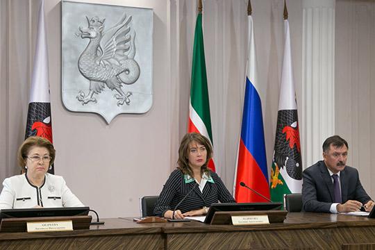 Евгения Лодвигова (в центре):«Новый генплан позволит развиваться городу полицентрически, во всех направлениях, создавать дополнительные центры второго плана, также увеличится площадь зеленых насаждений»