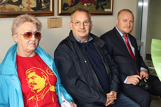 На суд кандидата Новикова (справа) пришли руководитель КР в РТ Альфред Валиев и группа поддержки