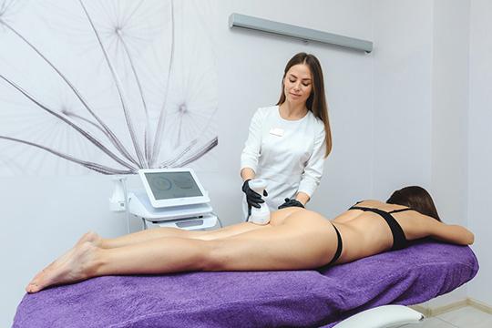 «Всего за одну процедуру сфокусированный ультразвук, точечно воздействуя на жировую прослойку, не затрагивая кожу, позволяет получить результат без операции и реабилитации»
